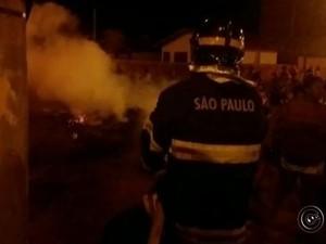 Após o protesto, Corpo de Bombeiros apagou o fogo colocado em objetos. (Foto: TV TEM/Reprodução)