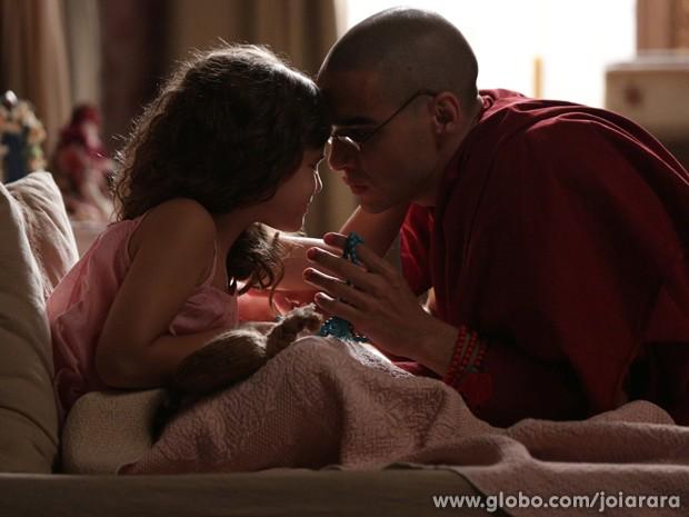 Sonan se emociona ao ver o japamala de Ananda Rinpoche com Pérola (Foto: Fábio Rocha/TV Globo)