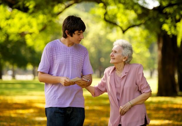 Jovem caminha ao lado de idosa ; melhor momento da vida ; convívio de gerações ; troca de experiências ; família ;  (Foto: Thinkstock)