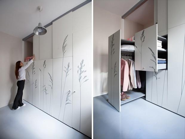 A cama foi instalado na parte de cima e o armário de roupas ocupa a parte debaixo do móvel (Foto: Reprodução/DesignBoom)