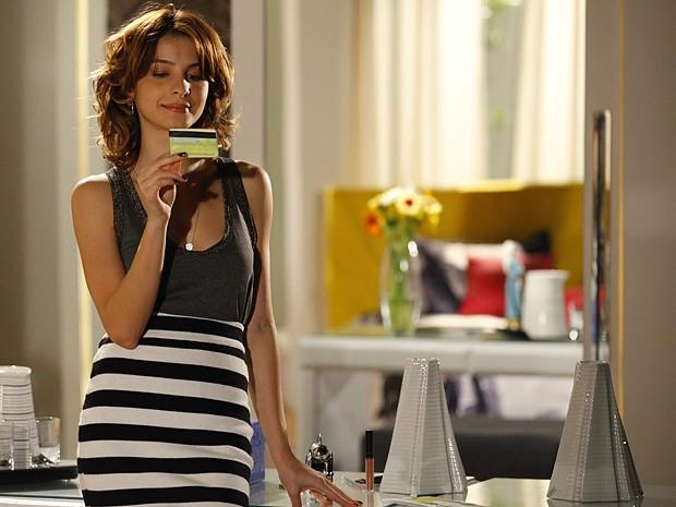 Isadora mete o bedelho nas coisas de Cida e encontra um cartão de crédito (Foto: Cheias de Charme / TV Globo)