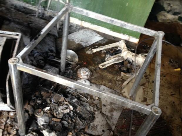 Móveis, eletrodomésticos e documents foram detsruídos pelo incêndio (Foto: Edivaldo Braga/Blog Braga)