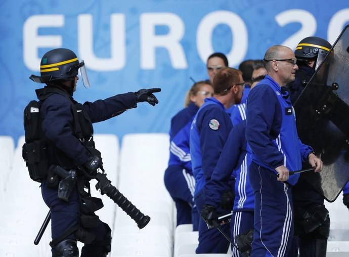 Confusão na torcida antes de Hungria x Islândia (Foto: Reuters)