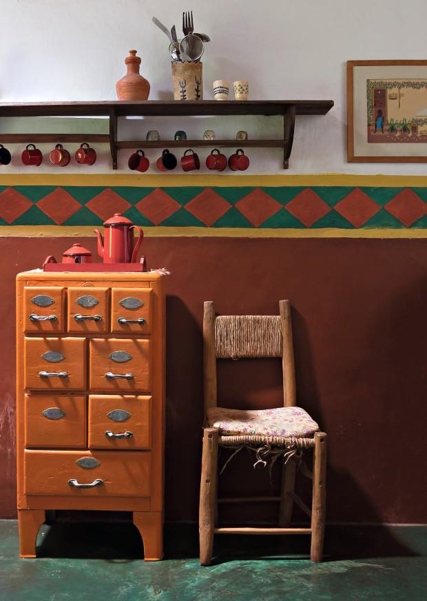 O armário laranja na cozinha era de sua avó; as xícaras e o bule nos lembram de que estamos no coração de Minas Gerais (Foto: Lufe Gomes / Editora Globo)