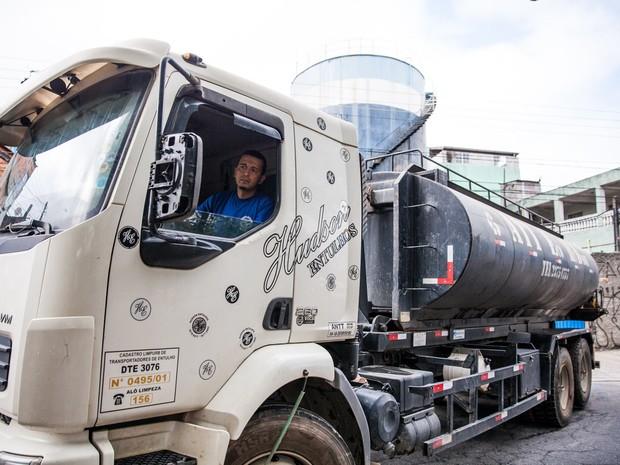 Antes mesmo de estacionar o caminhão para a distribuição de água, uma fila de moradores já começou a se formar, contou Fábio (Foto: Fábio Tito/G1)