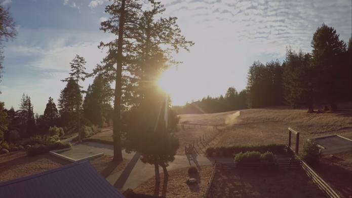 Drone grava imagens de qualidade e com muita estabilidade (Foto: Reprodução/YouTube)