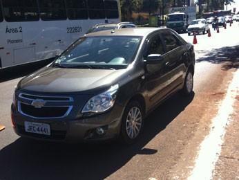 Carro que atropelou mulher na W3 Sul, em Brasília (Foto: Grazielle Mendes/G1)