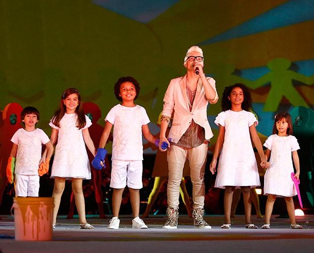 MC Gui se apresentou junto com elenco mirim (Foto: Raphael Dias / Gshow)