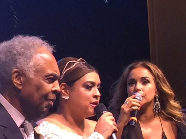 Petra Gil com o pai, Gilberto Gil e Daniela Mercury em sua festa de casamento em Santa Teresa, no Centro do Rio (Foto: Instagram/ Reprodução)