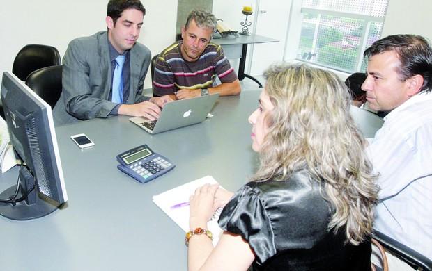 Robélio Schneiger tenta receber R$ 1,25 milhão do Vila Nova (Foto: Sebastião Nogueira / O Popular)
