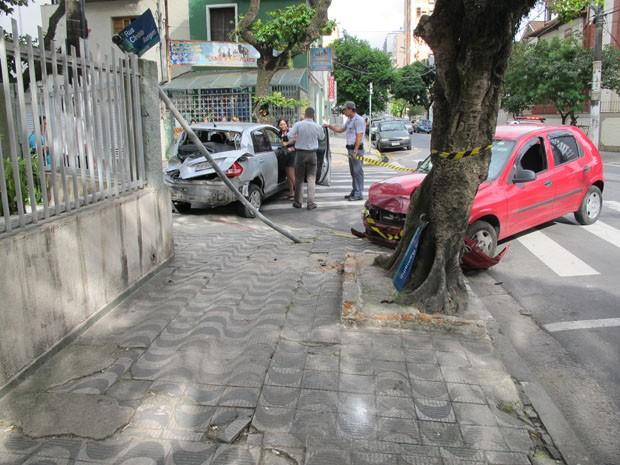 Carros colidiram no cruzamento da João Ramalho com a Cândido Rodrigues  (Foto  Jonatas Oliveira 393ba5d20a956