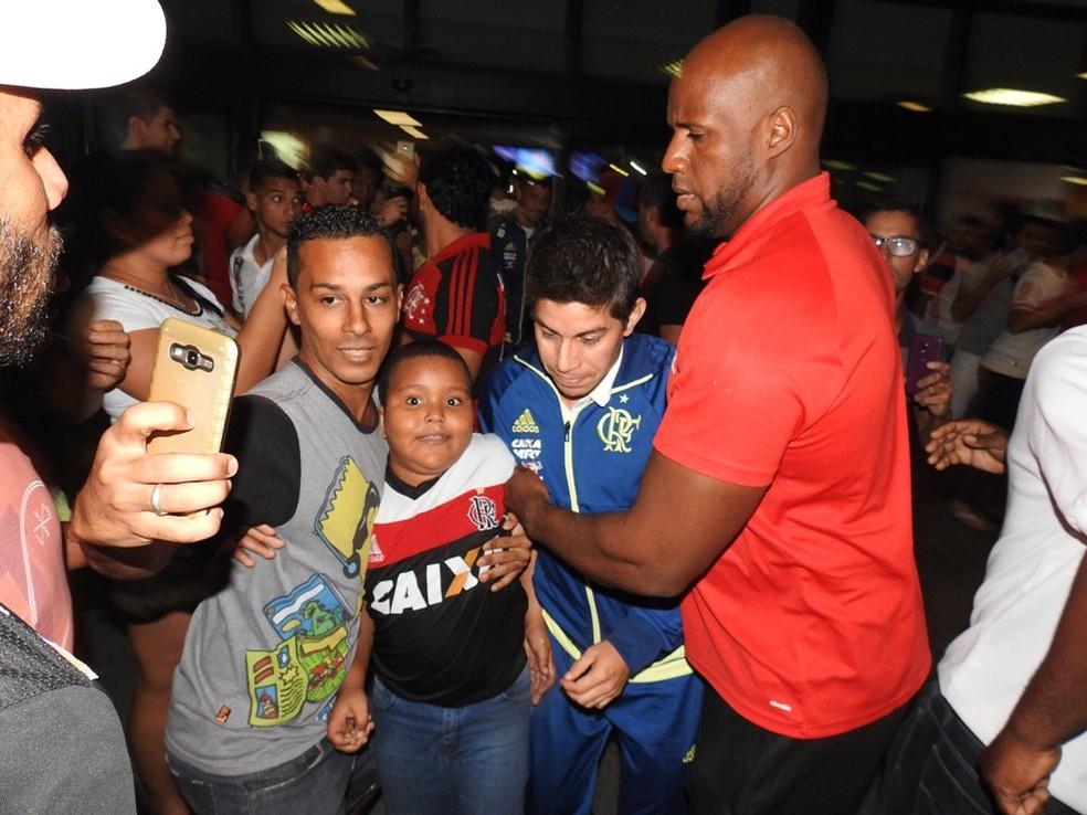 Conca entre seguranças e torcedores do Flamengo (Foto: Fred Gomes)