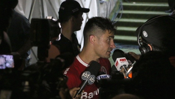 Alex faz desabafo em entrevista coletiva (Foto: Diego Guichard)
