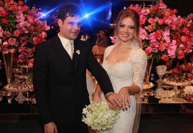 Vesgo e a mulher, Gabi Baptista, exibem as alianças (Foto: Celso Tavares/EGO)