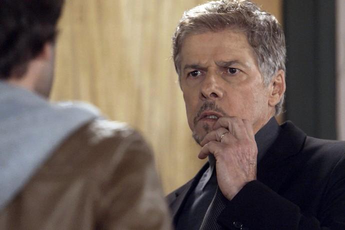 Banqueiro leva murro do noivo de Letícia (Foto: TV Globo)