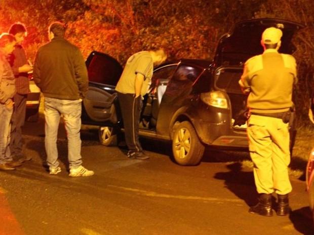 """Carro foi encontrado próximo da casa do """"suposto sequestrado"""" (Foto: Rádio Catarinense/Divulgação)"""