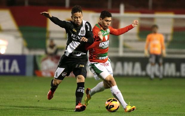 Moisés e Baraka jogo Portuguesa contra Ponte Preta (Foto: Marcos Bezerra / Ag. Estado)