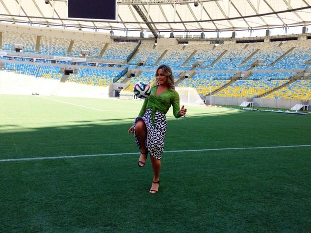 Claudia Leitte se arriscou nas embaixadas no Maracanã (Foto: Káthia Mello / G1)