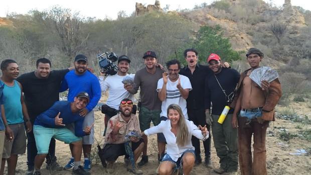 Marcelo Serrado ao lado do diretor Carlos Araújo e a equipe de 'Velho Chico' (Foto: Arquivo Pessoal)