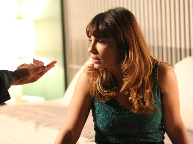 Danielle fica surpresa ao ver os diamantes (Foto: Carol Caminha/ Gshow)