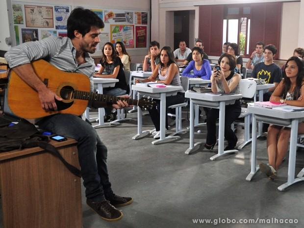 João Luiz canta música de rock e pede para ser filmado (Foto: Malhação / TV Globo)
