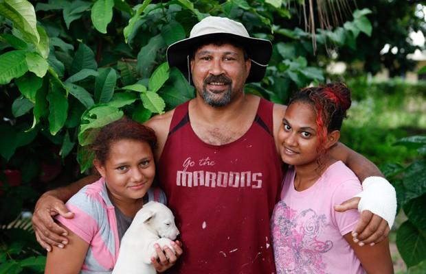 Em 2011, um australiano que nadava em um lago com suas filhas diz ter escapado com vida após ser atacado por um crocodilo com três metros de comprimento. Ele disse que chutou, deu socos e enfiou os dedos nos olhos do crocodilo após o animal tê-lo agarrado pelo braço. (Foto: Barcroft Media)