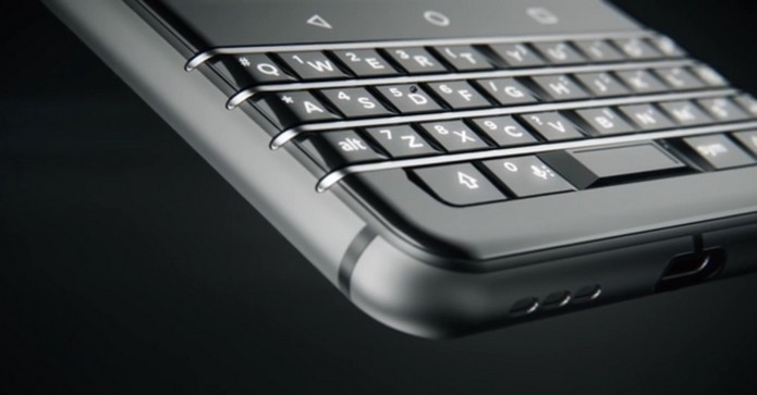 Novo BlackBerry terá sensor de impressão digital na tecla de espaço (Foto: Divulgação/TCL)