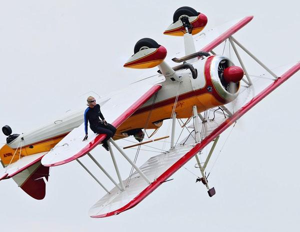 Wing walker sentado na asa durante a apresenta��o. (Foto: Thanh V Tran/AP Photo)