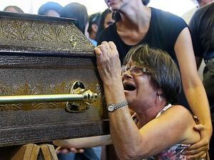 Parentes de vítimas de tragédia, durante velório em santa Maria (Foto: AFP)