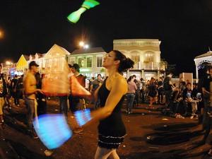 Mulher pratica malabares na Rockstreet (Foto: Alexandre Durão/G1)