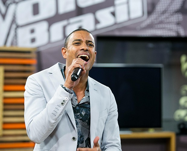 Romero Ribeiro representa Carlinhos Brown na final do The Voice (Foto: Isabella Pinheiro / Tv Globo)