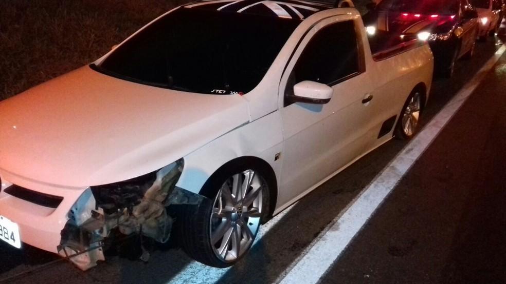 Carro do suspeito que, segundo a polícia, fugiu do local (Foto: PRF/Divulgação)
