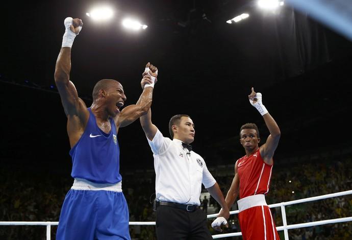 Boxeador Robson Conceição comemora vitória sobre Jorge Alvarez (Foto: Peter Cziborra / Reuters)