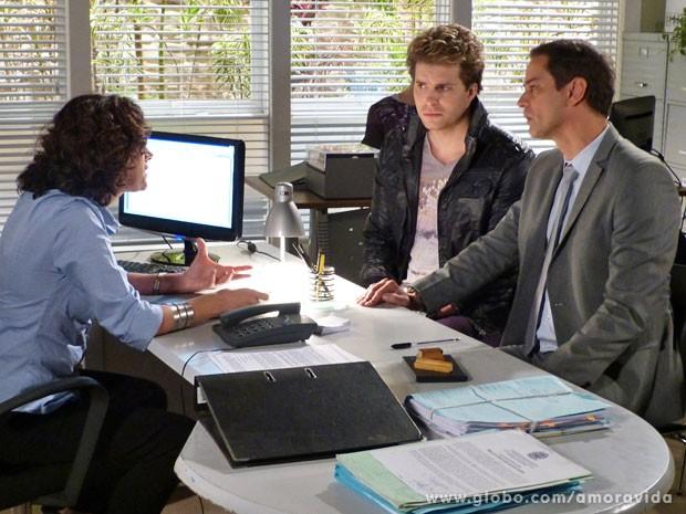 Niko e Eron descobrem que espera pode levar anos (Foto: Amor à Vida/ TV Globo)