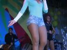 Anitta participa de evento social e atrai olhares exibindo decote