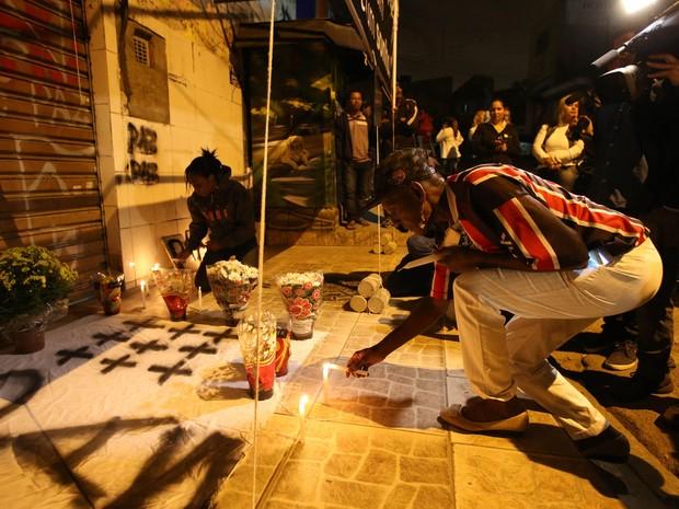 Zilda Maria de Paula, mãe de uma das vítimas da chacina, organizou o ato ecumênico para lembrar uma semana da série de ataques em Osasco e Barueri (Foto: Tiago Queiroz/Estadão Conteúdo)