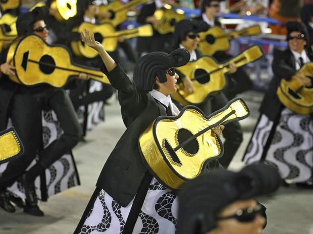Integrantes da ala Uma bossa nova da União da Ilha do Governador (Foto: Rodrigo Gorosito/G1)