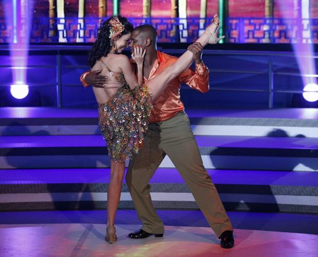 Claudia Ohana apresenta coreografia sensual  (Foto: Domingão do Faustão/TV Globo)