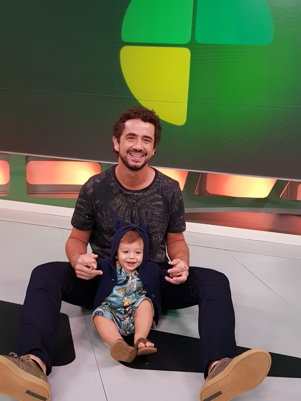 Felipe Andreoli e o filho Rocco no cenário do Esporte Espetacular (Foto: Arquivo pessoal)