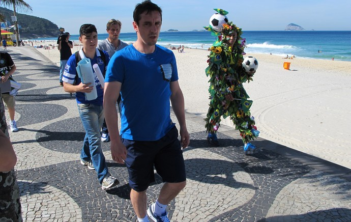 Englands Gary Neville harassed by journalists while strolling in Brazil [Globo Esporte]