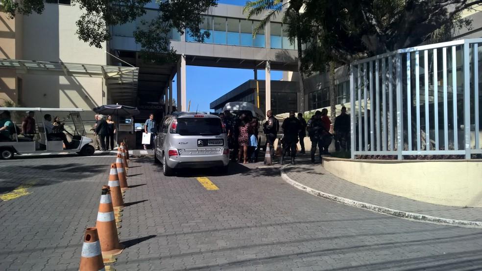 Parentes do policial que morreu são consoladas pelos PMs que estavam na porta do hospital (Foto: Carlos Brito / G1)
