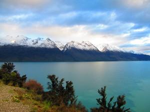 Passeio começa com viagem de 40 minutos à beira do lago Wakatipu (Foto: Juliana Cardilli/G1)