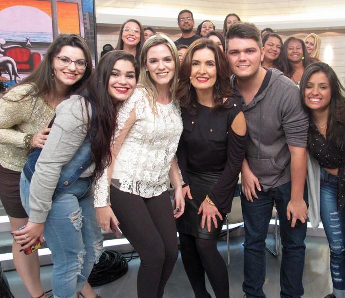 Plateia se une nos bastidores para foto com a apresentadora (Foto: Carolina Morgado/Gshow)