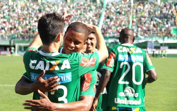 Bruno Rangel, artilheiro da Série B, comemora gol e acesso da Chape (Foto: Aguante Comunicação/Chapecoense)