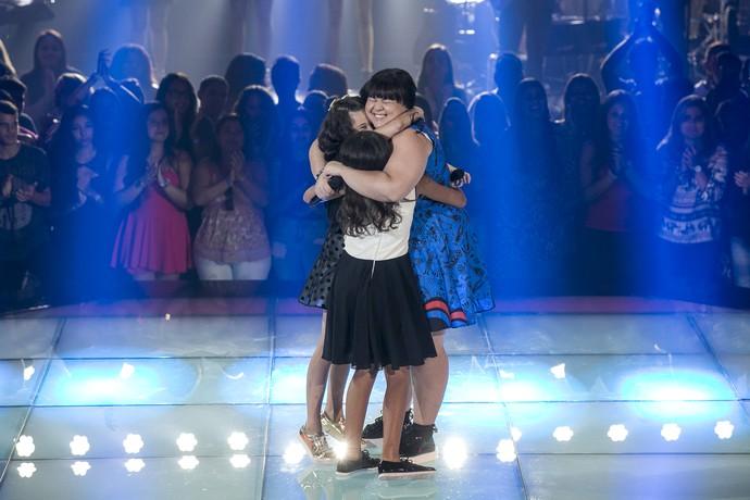 As meninas se abraçam ao final da apresentação (Foto: Isabella Pinheiro/Gshow)