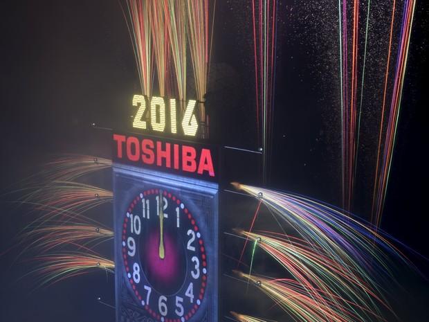 Explosão de fogos de artifício marca o fim de 2015 e o início de 2016 na Times Square em Nova York (Foto: Darren Ornitz/Reuters)