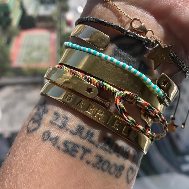 Astrid mostra tatuagens com datas de nascimento e de adoção de Gabriel (Foto: Reprodução/Instagram)