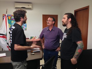 Prefeito de São Roque recebeu dois ativistas para esclarecer postura da prefeitura com relação ao Instituto Royal (Foto: Natália de Oliveira/G1)