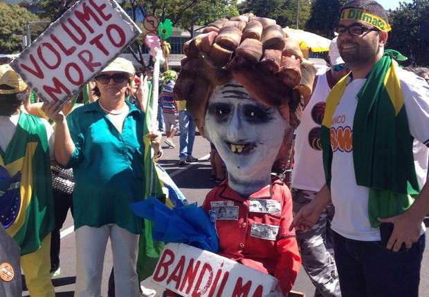 """Manifestantes em Belo Horizonte aplicam à presidente Dilma a expressão """"volume morto"""" (popularizada pela crise hídrica no governo do PSDB, em São Paulo) (Foto:  )"""