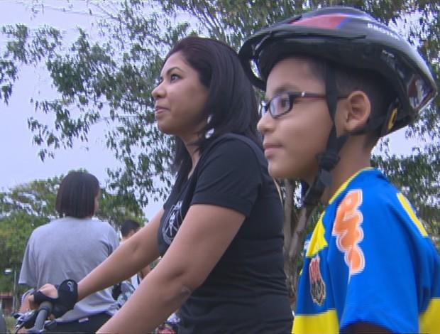 Mãe incentiva o filho em prática de atividades físicas (Foto: GLOBOESPORTE.COM)